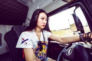 长腿美女跟车 这台解放JH6还缺司机吗?